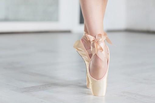 ダンス ダンサー ポーズ 体勢 姿勢 体位 女性 女 運動 スポーツ バレエ バレリーナ 下半身 脚 足 トゥシューズ バレエシューズ つま先 つま先立ち ポワント 立つ リボン 接写 クローズアップ アップ
