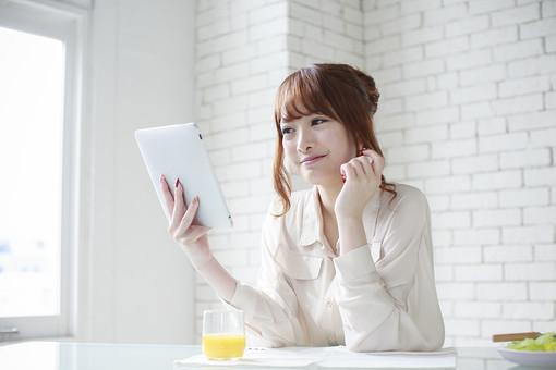 人物 女性 日本人 若い 20代  ブラウス シャツ カジュアル モデル かわいい   キュート ポーズ おすすめ 屋内 室内  部屋 朝 ライフスタイル PC パソコン タブレット テーブル 見る チェック 休日 出勤前 笑顔 飲み物 グラス ジュース mdjf005
