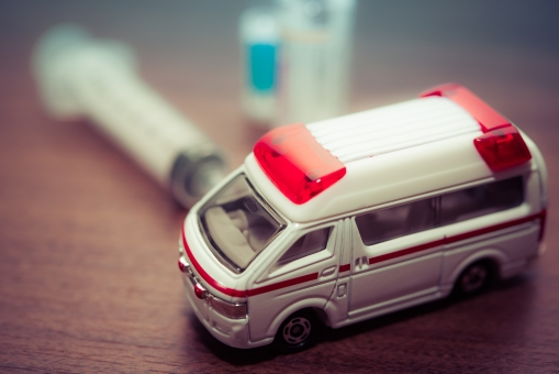 救急車 サイレン シリンジ 薬 治療 病院 ドラッグ 治療費 病気 木目調 ナース 治す ドクター 注射 医師 医者 看護師 イメージ 癒し