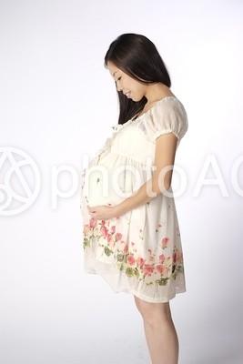 白いワンピースを着た妊婦さん 1の写真