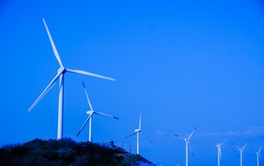 青空 風車 風力発電 風景 景色 空 快晴 ブルースカイ 羽根 青 白 ブルー そら コピースペース 爽やか 塔 風 爽快 海岸 自然 エコ ランドマーク 夏空 クリーンエネルギー 電力 風力 風力発電所 省エネ エコロジー 電力ビジネス eco ecology sky bluesky 晴天 壁紙 壁紙素材 素材 背景素材 背景 バック バックグラウンド 清々しい 夏 電気 背景デザイン コメントスペース カレンダー テキストスペース エネルギー問題 自家発電 並ぶ 整列 電力会社 電力競争