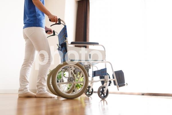 車椅子と女性 介護イメージの写真