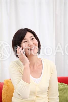 携帯電話で話すシニア女性1の写真