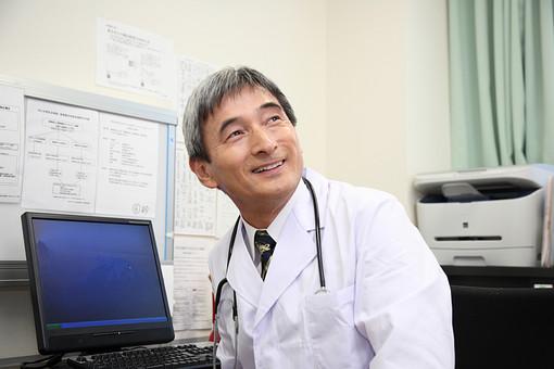 男 男性 日本人 笑顔 パソコン mdjm013 管理職 病院 医療 ドクター 医者 医師 聴診器 診察 診療所 白衣 医院 お医者さん 問診 ベテラン 検診 診断 アジア人