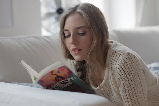 読書する若い女性5の写真