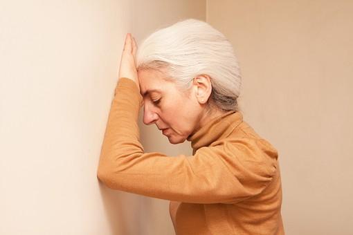 人物 女性 外国人 外人 外国人女性  外人女性 高齢者 老人 年配 シニア  シルバー モデル 60代 70代 白髪  ポーズ 屋内 壁 手をつく 疲れる 疲労 がっかり ガックリ 残念 悩む 横向き 横顔 上半身 mdfs004