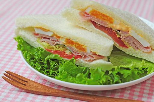 サンドイッチ サンドウィッチ ミックスサンド 食べ物 パン 洋食 食パン 軽食 朝食 モーニング 野菜 トマト 卵 レタス ハム ランチ プレート 食事 フォーク テーブル 三角 料理 レストラン ハムサンド テーブルクロス