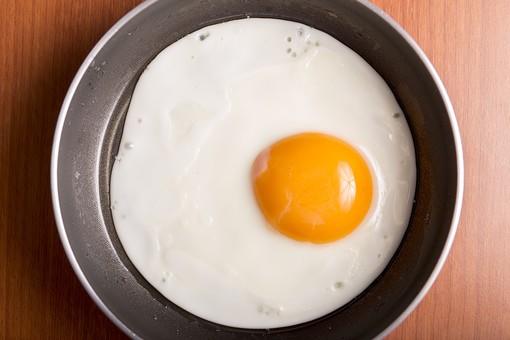 たまご 卵 玉子 エッグ 卵色 料理 食べ物 食材 食料 物撮り 屋内 人物なし 上から視線 1個 レシピ 鶏 にわとり ニワトリ 黄身 白身 アップ ズーム 卵焼き 目玉焼き 半熟 調理 フライパン
