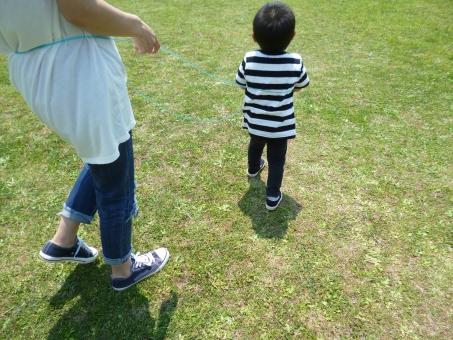 公園 散歩 手 女性 なわとび 遊び 親子 靴 スニーカー