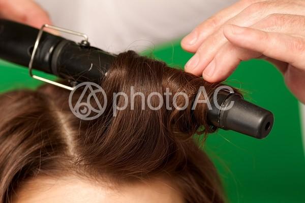 ヘアアイロンする髪1の写真