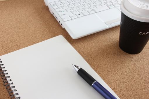 ノート パソコン ペン コーヒー お茶 会議 ミーティング 打合せ 打ち合わせ 意見交換 メモ 記録 ノートパソコン ビジネス 仕事 業務 作業 役割分担 共有 統一 見解 すり合わせ 議論 ロジック 論理的 進行 秘書 書記 進行役 責任者
