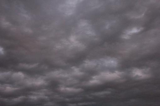 くもり 曇り 空 くもりぞら どんより 雲が厚い 厚い雲 灰色 暗い 下り坂 気が沈む 企業 気が晴れない つらい お先真っ暗 不安 心配 グレー 下降 人生 将来 ビジネス 素材 背景 未来 日本 日本経済 会社 業績 暗雲