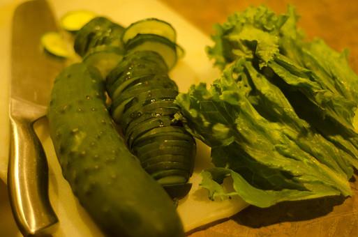キュウリ きゅうり 胡瓜 レタス 夏野菜 野菜 食料品 食品 食べ物 食べる 健康 フレッシュ 新鮮 自然 ダイエット 食材 栄養 調理 料理 支度 仕込み 食事 まな板 包丁 輪切り 千切り ごはん