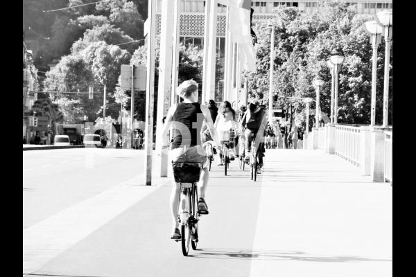 朝の通勤・通学風景 白黒の写真