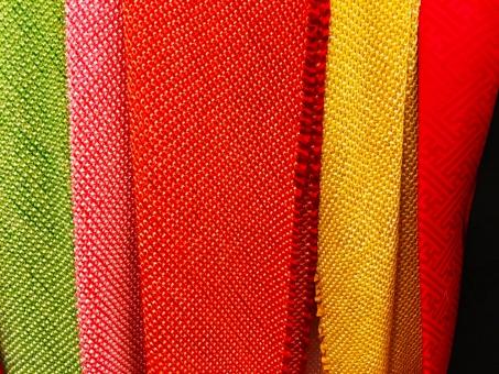 黒 白 部屋 屋内 着物 帯締め 帯揚げ ちりめん 緑 グリーン 赤 黄色 和服 和風 日本 伝統的 布
