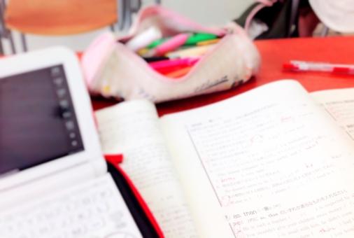 勉強 学校 机 授業 問題集 電子辞書 ピンク 赤 赤ペン ペン 筆箱 高校 教室 女の子 学生 受験 授業中