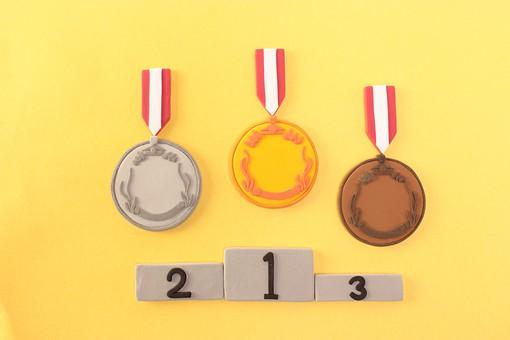 クレイアート 粘土 造形 芸術 優勝 メダル 金メダル 銀メダル 銅メダル 表彰 表彰式 入賞 金 銀 銅 ゴールド シルバー ブロンズ 1位 2位 3位 オリンピック 大会 丸 円 硬い かける 飾る 名誉 スポーツ 競技 模様 無人 並ぶ 3つ 表彰台
