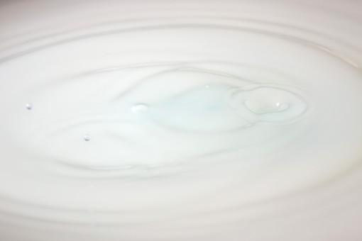 水滴 滴 しずく 雫 水玉 水 水面 波紋 円 円形 同心円 白 白い 白色 はねる 跳ねる 跳ね上がる 撥ねる 撥ね上がる 飛び跳ねる 落ちる 落下 液体 アップ クローズアップ 瞬間 アブストラクト テクスチャ 背景 バックグラウンド