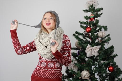 白バック 白背景 グレーバック 外国人 白人 金髪 ブロンド 20代 30代 女性 セーター ニット ノルディック柄 スカート クリスマス Christmas X'mas クリスマスツリー ツリー モミ もみの木 樅の木 モミの木 飾り オーナメント ボール リボン ブーツ 松ぼっくり 立つ スヌード マフラー 寒い 上半身 ニット帽 耳あて 耳あて付きニット帽 カメラ目線 踊る ダンス mdff129