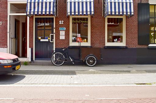 オランダ Holland アムステルダム 市街地 欧州 外国 レトロ 店先 軒先 ショップ 店 買い物 小さな店 レンガ造り 自転車 街並み 建物 雑貨 美容室 小道 ストリート 街角 路地裏 自動車 車 カー 庶民的