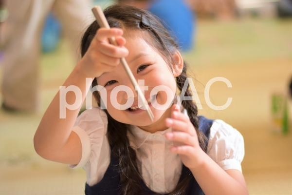 お箸を持つ子供の写真