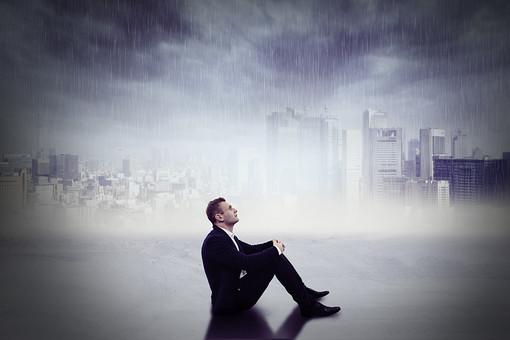 男 男性 会社員 スーツ ビジネスマン ビジネス 仕事 座る 見上げる 30代 三角座り 都会 体育座り 街 街並み 絶望 悲しみ 膝を抱える 落ち込む 町並み 雨 大雨 町 外国人 白人 CG 豪雨 悪天候 不安 土砂降り 合成 悲しい 40代 mdfm022 どしゃ降り CG03