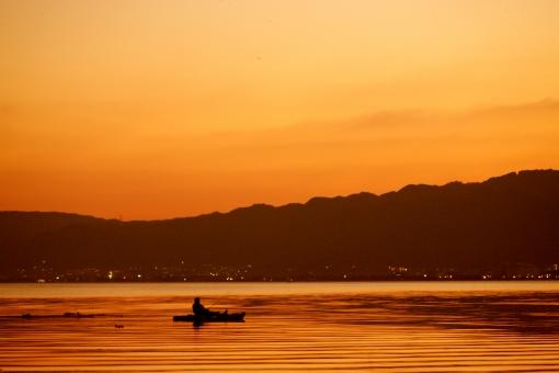 自然 風景 夕景 夕焼け 湖 黄金色 小舟 釣り人 サンセット 波紋 人物 趣味 のんびりタイム 至福の時間 コピースペース 夕暮れ時 野外 アウトドア 空 一人 幸福 没頭 背景 バックグランド テクスチャー