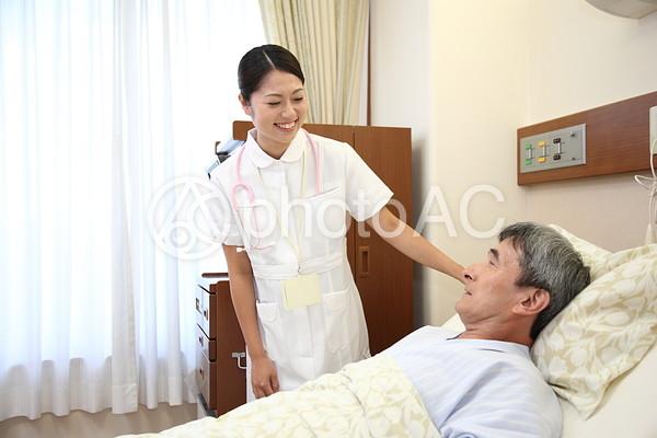 看護師と男性の患者5の写真