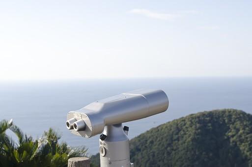 双眼鏡 望遠鏡 レンズ コイン式 観光地 観光 海 海原 大海 大洋 青い海 大海原 オーシャン 空 大空 日ざし 日射し 日差し 陽射し 陽ざし 太陽 日照り フェンス 柵 観察 風景
