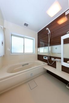 住宅 浴室 ユニットバス 新築 風呂 風呂場 木目 縦位置 全景 窓 設備 水回り 動線 バス シャワー 窓 新築 木造