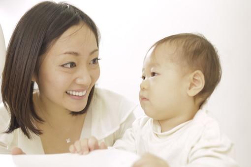 親子 母子 親 おや 母 母親 ママ マザー 子ども 子供 子 赤ちゃん 赤ん坊 乳児 幼児 ベイビー 抱っこ だっこ 抱く 絆 笑顔 笑う 女性 女 人物 触れ合い ふれあい 室内 部屋 座る タッチ 立つ つかまり立ち イス 椅子 アップ 日本人 mdfk008 mdjf016