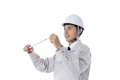 日本人 男性 おとこ 青年 社員 職員 ビジネスマン 仕事 労働 業務 ビジネス ワーク 会社 職場 営業 事務 作業 制服 笑顔 ヘルメット メジャー コンベックス 巻き尺 持つ 伸ばす 測る 測量 測定 工作 工事 修理 修繕 復旧 メンテナンス 見直し 白バック 白背景 mdjm001