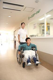 白衣 病院 医院 医療 ナース 看護師 看護婦 患者 車椅子 子供 入院 ナースステーション 廊下 押す 看護 世話 男の子 散歩 日本人 mdmk003 mdjf034