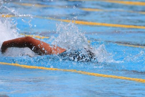 クロール 自由形 水しぶき 夏 スイミングスクール 競技会 競泳大会 小学生 中学生 泳ぎ プール 学校 水泳大会 コース スポーツ