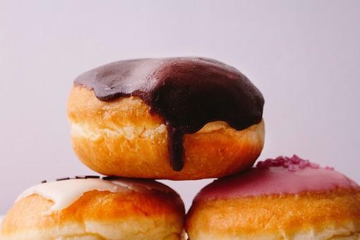 ホームメイド ドーナツ ドーナッツ 手作り お菓子 おかし おやつ スイーツ 間食 甘い カフェ 食べ物 揚げる 丸 丸い まる リング  物撮り 白バック 白背景  3つ 三つ 3個 三個 チョコ チョコレート トッピング 砂糖 積む