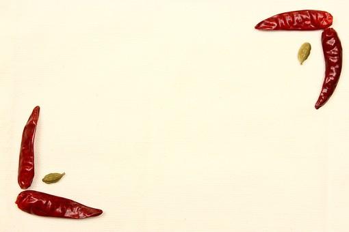 スパイス ハーブ カルダモン グリーンカルダモン 鷹の爪 レッドチリ 赤唐辛子 とうがらし トウガラシ 唐辛子 ホットスパイス 調味料 香辛料 香料 食べ物 食材 乾燥 フレーム 余白 コピースペース テキストスペース 背景 背景素材 バックグラウンド 枠 囲み枠 赤 緑 紙 シンプル 植物 実 自然 並べる
