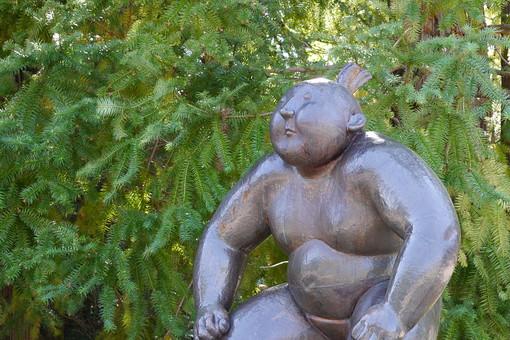 像 銅像 関取 関取の像 お相撲 お相撲さん 人物 先住民 原住民 彫刻 作品 芸術 アート 自然 樹木 植物 樹 木 葉 葉っぱ 緑 ふくよか 太った 展示 銅像