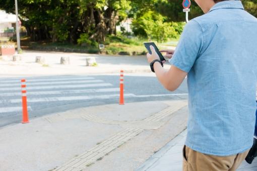 歩く 散歩 不注意 手元 スマホ スマートフォン 街 横断歩道 道 車道 違反 危険 男性 シャツ 集中 ゲーム ウォーク 歩道 車 屋外