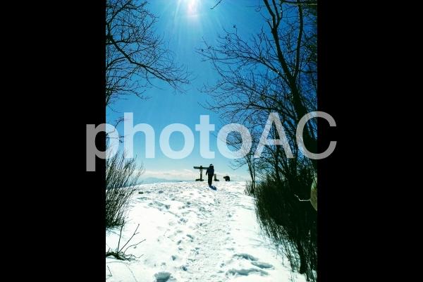 雪山の頂上に登る人の写真
