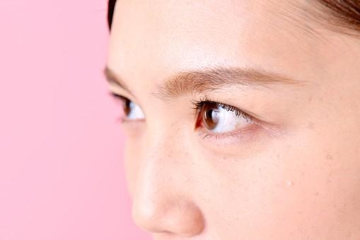 人物 女性 日本人 若者 若い  20代 美人 かわいい ロングヘア カジュアル  ラフ 私服 セーター ニット 屋内  スタジオ撮影 背景 ピンク ピンクバック ポーズ  おすすめ 顔 アップ 見つめる 横 真剣 眼差し 鋭い 睨む 目元 mdjf007