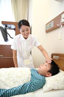 白衣 病院 医院 医療 ナース 看護師 患者 子供 入院 病室 男の子 若い 小児科 福祉 介護 ベッド 寝る 複数 2人 小学生 ナースコール 笑顔 検温 熱 測る 体温 診察 治療 療養  日本人 mdmk003 mdjf034
