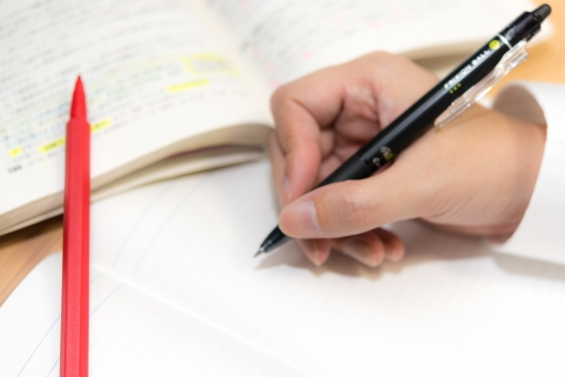 試験 大学 手 勉強 高校 徹夜 学生 受験 鉛筆 学習 参考書 シャープ 学校 男性 ペンシル 努力 赤ペン ノート 記憶 暗記 書く 教科書