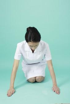 人物 女性 日本人 20代 30代   仕事 職業 医療 病院 看護師  ナース 医者 医師 女医 薬剤師  白衣 看護 屋内 スタジオ撮影 背景  グリーンバック おすすめ ポーズ 全身 正面 正座 座る 謝罪 謝る お詫び mdjf010