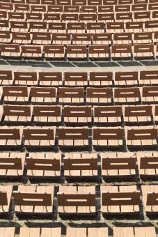 イス 椅子 チェア 客席 座席 席 観客席 観覧席 スタンド スタンド席 スタジアム 広場 並ぶ 列 座る コンサート イベント 競技場 劇場 沢山 たくさん ベンチ 設備 施設 パターン 模様 野外ステージ ステージ 野外 茶色 屋外 背景 バックグラウンド 質感 テクスチャ テクスチャー イメージ 木 木製 木製品 無人 人物なし 通路