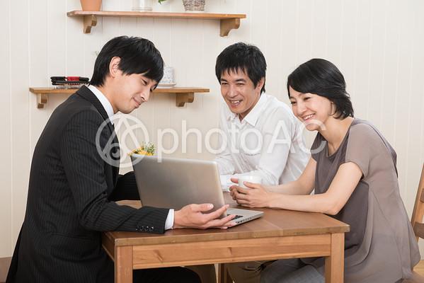 営業マンから説明を受ける夫婦6の写真