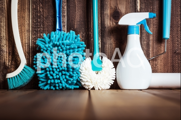 掃除道具と木目の写真