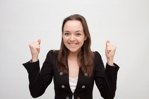 人物 人 人間 女性 白人女性 外国人 レディ 婦人 ロングヘア ブラウンヘア おでこ 額 センター分け  人物写真 ポートレート ポートレイト イギリス人  ジャケット 黒ジャケット  白背景 白バック ホワイトバック  笑顔 笑み 握る 拳骨 楽しみ 嬉しい 期待 mdff002