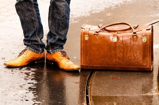 男性 男 男子 メンズ 10代 20代 30代 おしゃれ オシャレ お洒落 物語 風景 靴 旅行 カバン トランク 旅 旅立つ 屋外 室外 外 外出 出かける 遠出 アンティーク 待ち合わせ 待つ 待ちぼうけ 約束 足 足元
