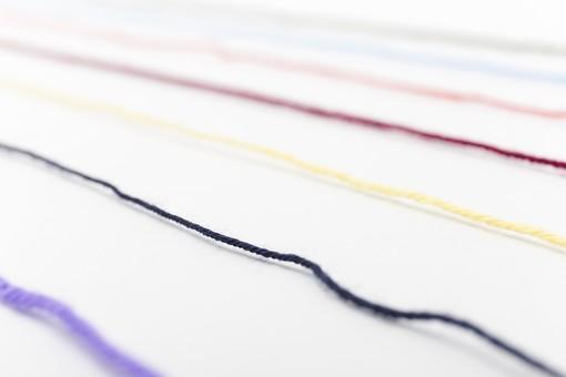 白バック 白背景 編み物 編物 毛糸 毛糸玉 糸 けいと 手芸 編み物用品 手編み ニット 編む 手作り 手仕事 ハンドメイド 趣味 ホビー 素材 資材 シンプル 雑貨 静物 スティルライフ 紺色 紺 水色 青 青色 赤 赤色 朱色 紫 パープル バイオレット ピンク 桃色 藤色 クリーム色 黄色 薄黄色 淡黄色 アイボリー 白 白色 7本 七本 カラフル ライン 線 並ぶ 斜め ボケ