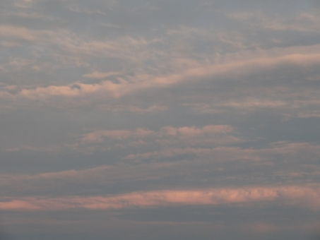 夕焼け ゆうやけ 夕焼け空 雨上がり 晴れ間 夕方 つゆ 梅雨 お天気 空 空模様 夕食 夕飯 晩御飯 家事 雲 食卓 帰宅 帰路 想い 遠く 眺める 見上げる 望郷 考える 考え事 深呼吸 波 大空 離陸
